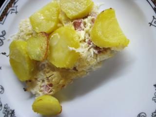 Ziemniaki zapieczone z wędzonym mięsem i kiszoną kapustą