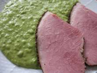 Wędzone mięso z puree z groszku w parowarze
