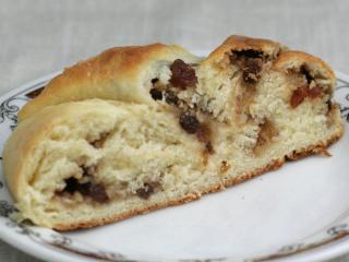 Orzechowy warkocz z ciasta drożdżowego