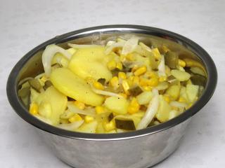 Sałatka ziemniaczana z kukurydzą bez majonezu