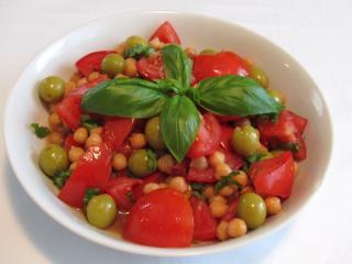 Sałatka z ciecierzycą i pomidorami