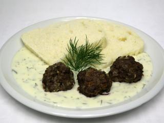 Smażone wołowe kuleczki z knedlem i koperkowym sosem