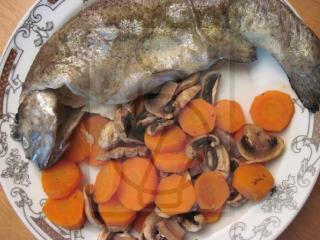 Pstrąg na cebulce z marchewką i pieczarkami