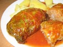 Faszerowane liście kapusty włoskiej w sosie pomidorowym