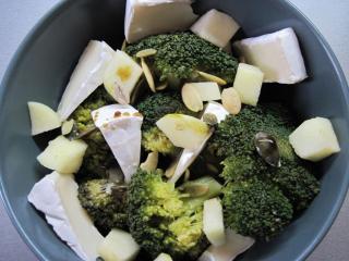 Brokułowo - serowa sałatka