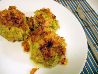 Kluski brokułowe z mięsem wędzonym w garnku na parę