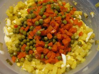Dodajemy składniki do sałatki