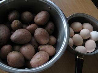 Przygotowanie ziemniaków i jajek