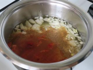 Gotowanie ziemniaczano-cebulowej bazy
