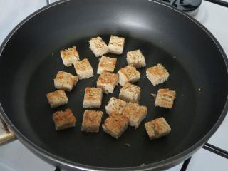 Przygotowanie pieczonego pieczywa - grzanek z chleba