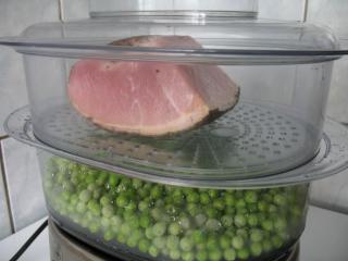 Parzenie groszku i wędzonego mięsa