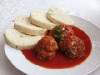 Kulki mięsne z knedlem i sosem