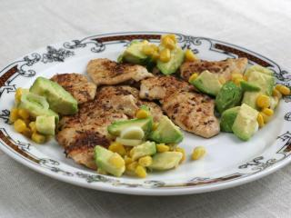Plastry z kurczaka z sosem kukurydziano-awokadowym