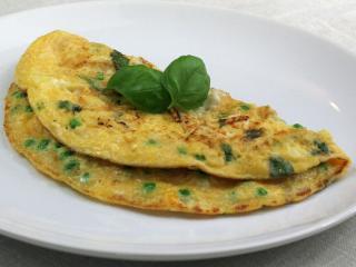 Omlet z groszkiem, bazylią i serem feta
