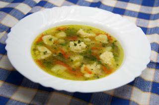 Wiosenna zupa z knedlikami z kaszy manny