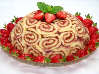 Truskawkowy tort z rolady