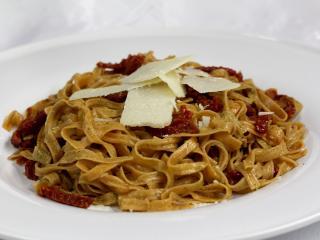 Riccioli z szałwiowym pesto