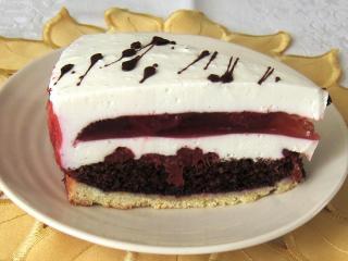 Tort twarogowy z galaretką truskawkową