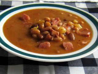 Zupa fasolowa z wędzoną golonką