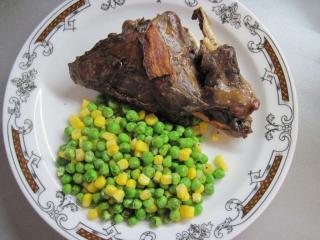 Argentyński zając z groszkiem i kukurydzą
