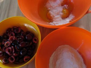 Przygotowanie czereśni i ciasta na korpus