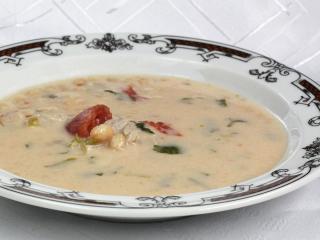 Fasolowa zupa z pomidorami i mięsem