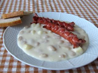 Biały fasolowy sos z parówką