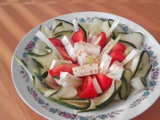 Warzywna sałatka z owczym serem