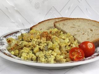 Jajecznica z tofu i rzodkwią