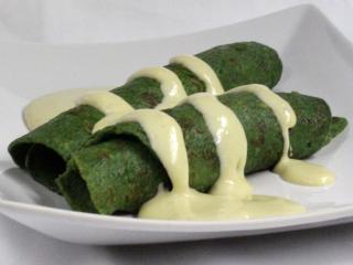 Szpinakowe naleśniki z sosem serowym