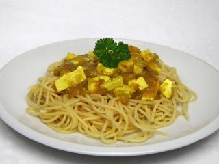 Pikantne tofu z kurkumą na spaghetti