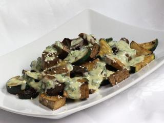 Tofu z grillowanymi warzywami i sosem tahini