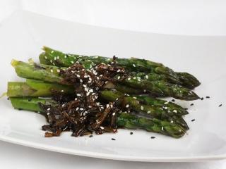 Szparagi z sezamem
