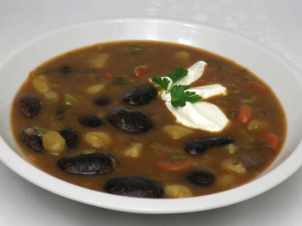 Ciemna zupa fasolowa