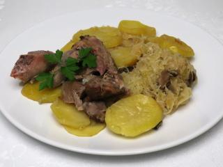 Pieczone udka z indyka na kiszonej kapuście z ziemniakami