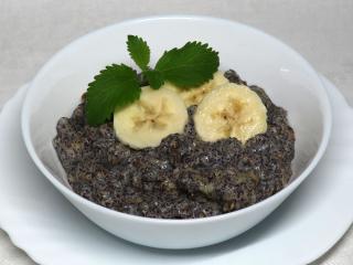 Mleczne żytnie płatki z makiem i bananami