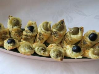 Serowe rożki z oliwkami