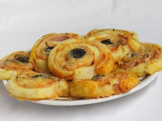 Pizza ślimaczki z ciasta francuskiego