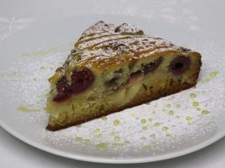 Miodowo jabłkowe ciasto z wiśniami