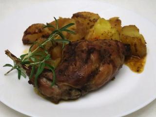 Pieczony marynowany królik z ziemniakami