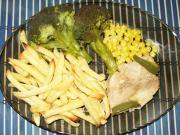 Indycze piersi na kukurydzy z frytkami i brokułem