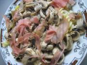Makaron z pieczarkami i tyrolską szynką