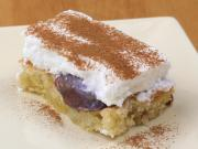 Twarogowe ciasto z brzoskwiniami i bitą śmietaną