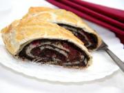 Makowo - wiśniowy strudel z ciasta francuskiego