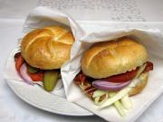 Szybki hamburger z pieczenią w bułce